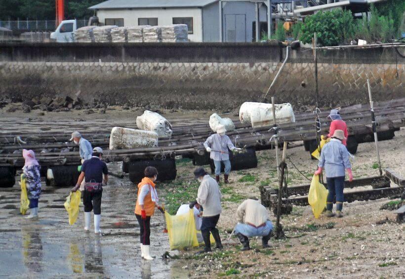 海の日に、干潟や海岸を約100人でゴミ拾い